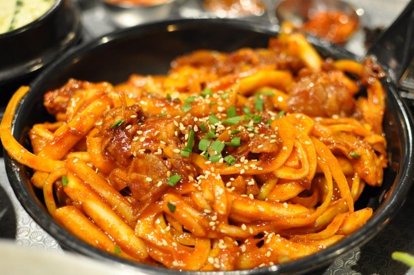 Spicy bulgogi with onion and rice cake